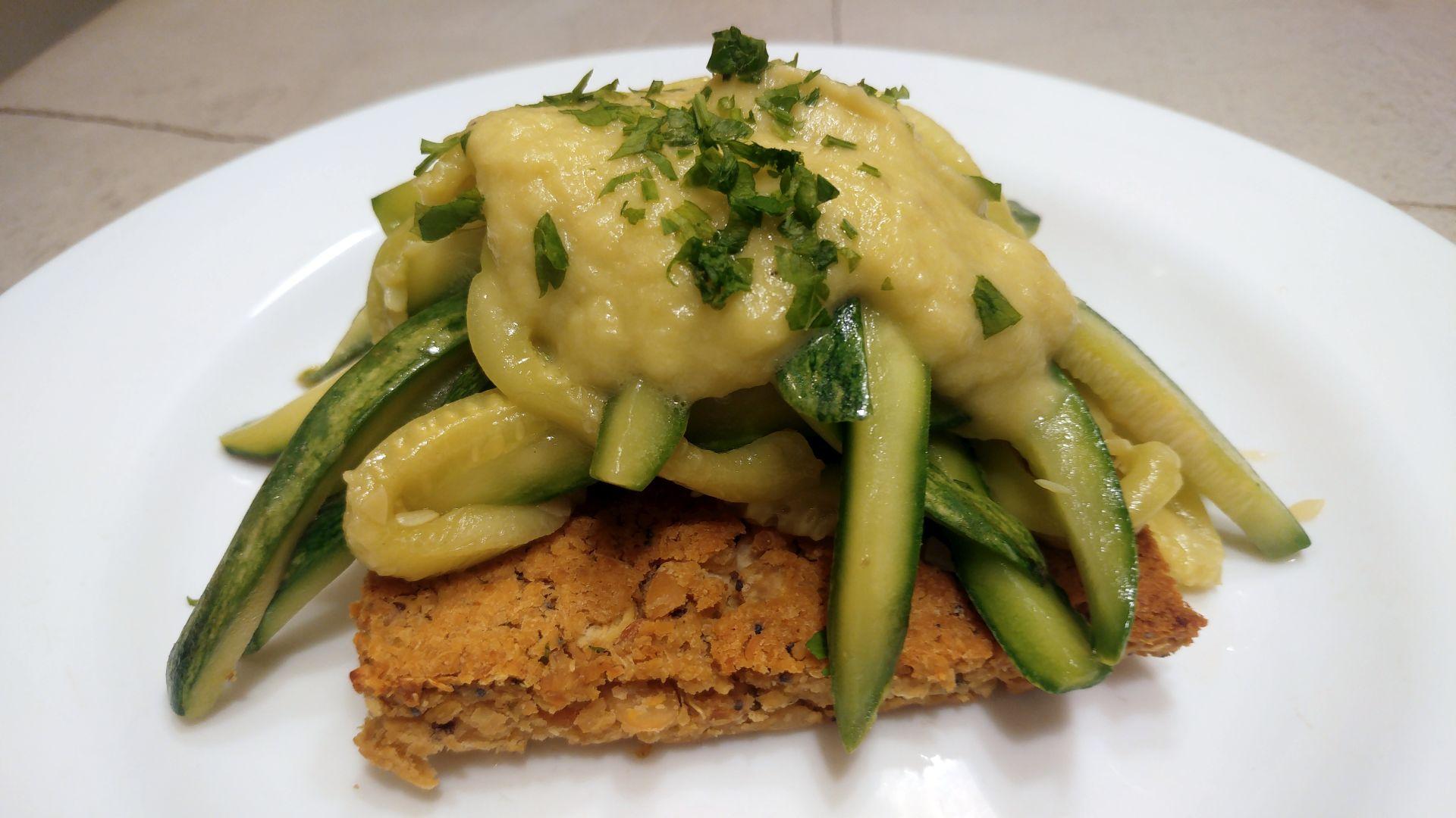 Bavette de calabacín sobre paillard de legumbres con salsa de pimiento verde