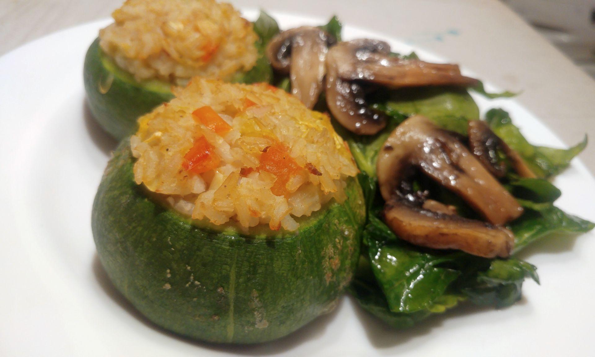 Calabacines redondos rellenos de arroz
